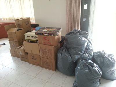 ארגזים ושקיות לאחר פינוי בית אגרן כפייתי