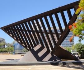 אנדרטת הפירמידה בכיכר רבין