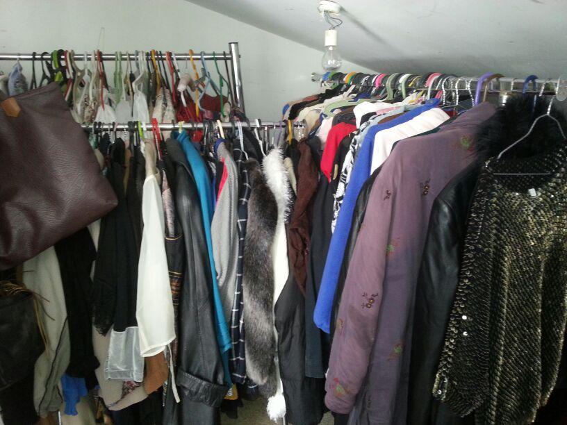 חלק מהבגדים מתוך הפינוי בהרצליה